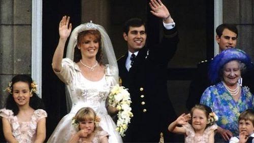 ازدواج شاهزاده اندرو. دوک و دوشس یورک در روز ازدواج خود در ۲۳ ژوئیه ۱۹۸۶ در بالکن کاخ باکینگهام
