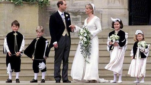 شاهزاده ادوارد به همراه همسرش، سوفی در ۱۹ ژوئن ۱۹۹۹ پس از مراسم عروسی در کلیسای سنت جورج