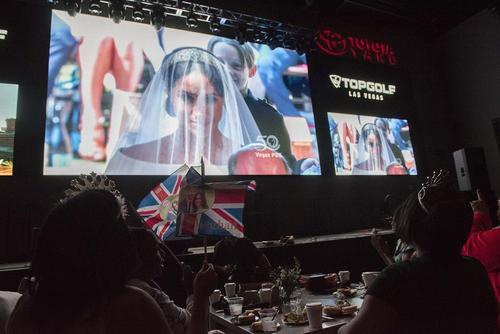 تماشای مراسم عروسی سلطنتی بریتانیا در لاسوگاس آمریکا؛