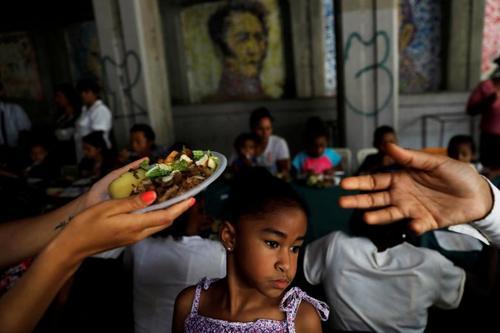 توزیع غذا از سوی کمپین انتخاباتی یک نامزد انتخابات ریاست جمهوری ونزوئلا بین زنان و کودکان همزمان با روز مادر؛کاراکاس/ رویترز