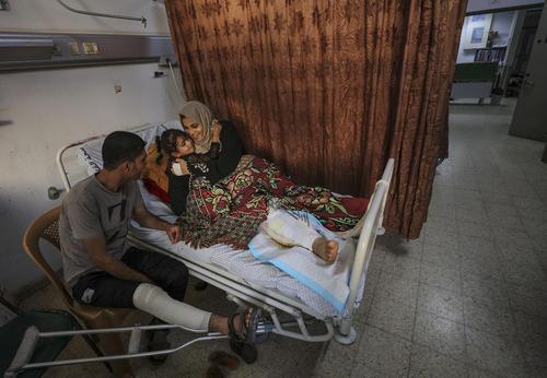 یک خانواده فلسطینی مجروح شده در تنشهای مرزی با اسراییل در باریکه غزه