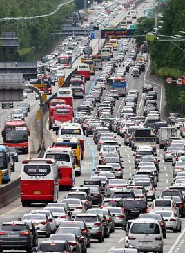 شلوغی بزرگراه شهر سئول به شهر بندری بوسان کره جنوبی در پی تعطیلات سه روزه ملی در این کشور/ یونهاپ
