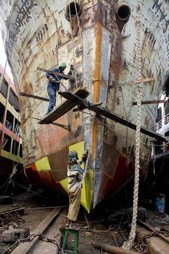 تعمیر یک کشتی از سوی کارگران کشتیسازی در شهر داکا بنگلادش