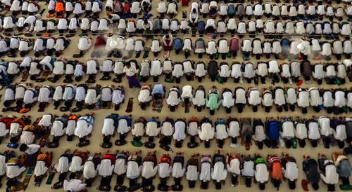 نماز جماعت در مسجدی در اندونزی
