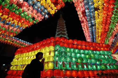 جشن تولد بودا در معبدی در سئول
