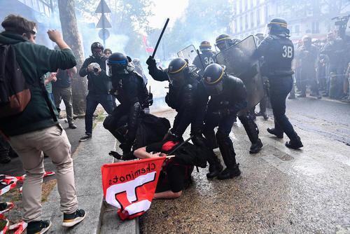 تظاهرات کارگران و کارمندان بخش عمومی و دولتی فرانسه در اعتراض به سیاستهای اقتصادی دولت