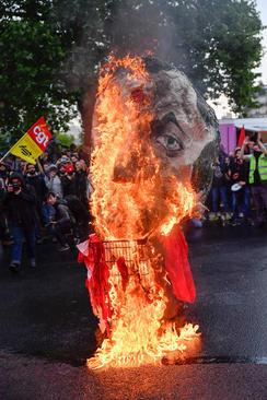 آتش زدن آدمک امانوئل ماکرون در جریان همان تظاهرات
