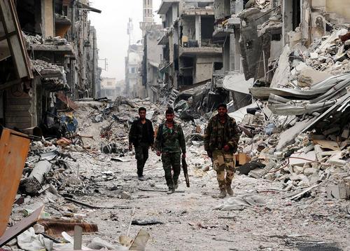 قدم زدن نیروهای ارتش سوریه در خرابههای جنگ در منطقه