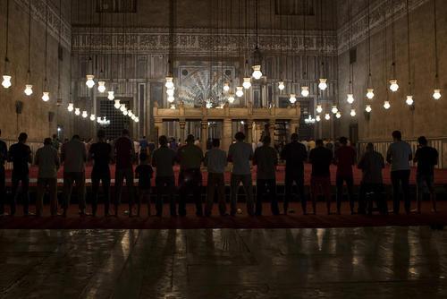 نماز تراویت در مسجد سلطان حسن در شهر قاهره