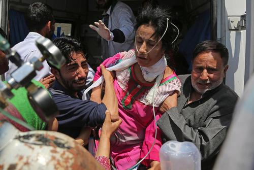 تلاش برای انتقال یک زن مجروح در اعتراضات بر ضد هند به بیمارستانی در کشمیر
