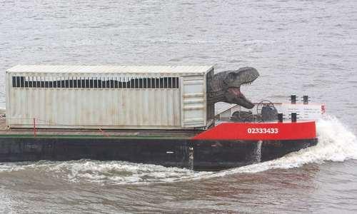 انتقال ماکت بزرگی از دایناسور به ژوراسیک پارک لندن از طریق رود تایمز