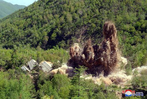 لحظه انفجار و تخریب تاسیسات آزمایش هستهای زیر زمینی