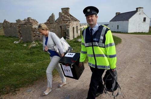 حمل صندوق سیار اخذ آرا به جزیرهای در ایرلند برای اخذ رای مردم در همهپرسی حق سقط جنین زنان در ایرلند