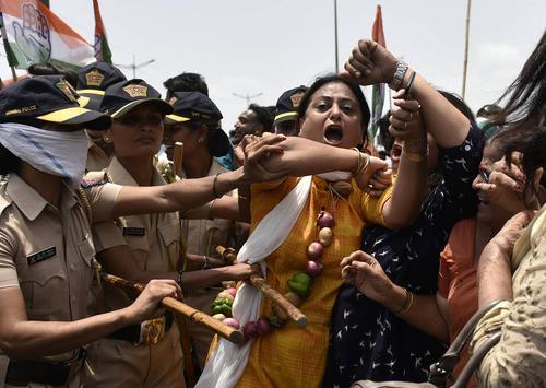 تظاهرات بر ضد گرانی قیمت سوخت در بمبئی هند