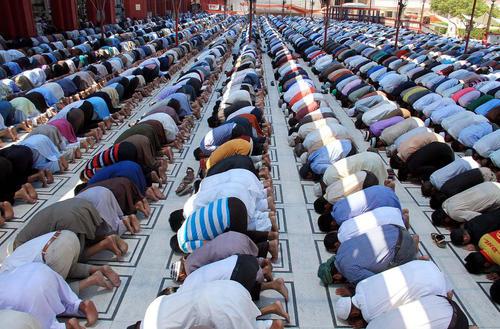 نماز جماعت در مسجدی در کراچی پاکستان