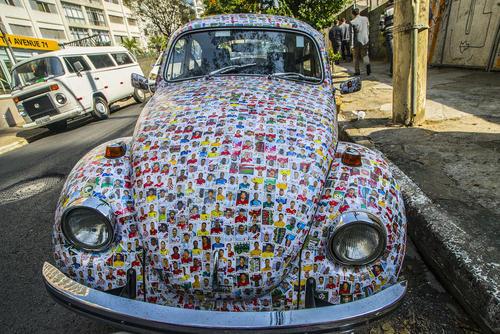چسباندن آلبوم تصویری جام جهانی 2018 فوتبال روی یک خودروی فولکس از سوی یک شهروند علاقهمند به فوتبال در سائوپائولو برزیل