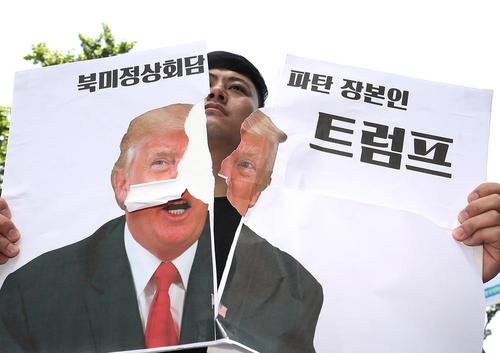 پاره کردن تصویر ترامپ در مقابل سفارت آمریکا در شهر سئول در اعتراض به تصمیم ترامپ به لغو دیدار دوجانبه با رهبر کره شمالی/ یونهاپ
