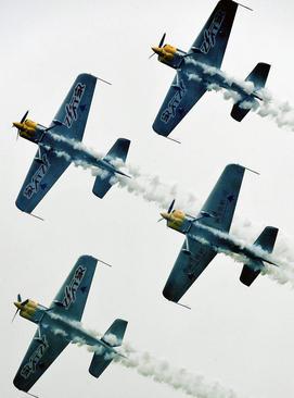 نمایش تیم آکروباتیک هوایی در دهمین جشنواره ورزشهای هوایی و گردشگری فرهنگی در آنیانگ چین