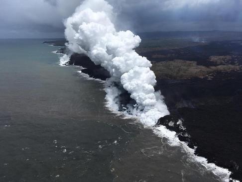ریختن گدازههای مذاب آتشفشانی به اقیانوس در جزیره هاوایی آمریکا