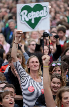 شادمانی از تصویب همهپرسی اعطای حق سقط جنین به زنان ایرلندی/ دوبلین