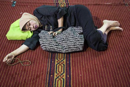 خواب یک زن روزهدار در مسجد جامع استقلال در شهر جاکارتا اندونزی