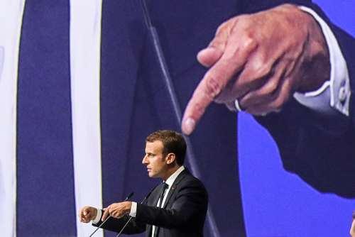 تصویری جالب از لحظه سخنرانی امانوئل ماکرون رییس جمهوری فرانسه در مجمع اقتصاد جهانی در شهر سنتپترزبورگ روسیه/ عکس: خبرگزاری فرانسه
