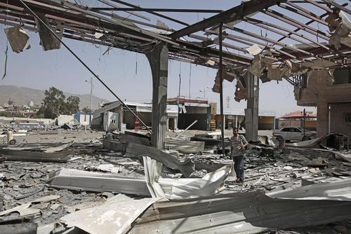 حمله هوایی ائتلاف تحت رهبری سعودی به پمپ بنزینی در شهر صنعا یمن/ عکس:خبرگزاری آلمان