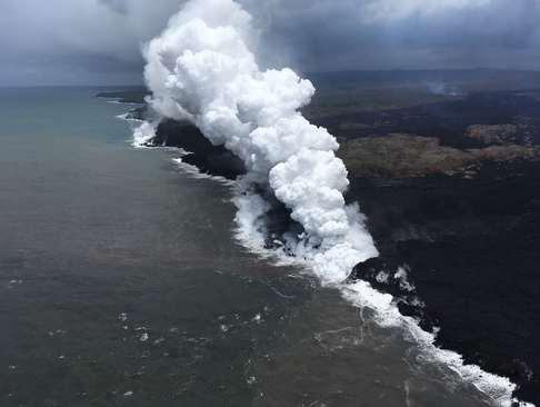 دود ناشی از ریختن گدازههای مذاب آتشفشانی به داخل اقیانوس در هاوایی آمریکا/ خبرگزاری فرانسه