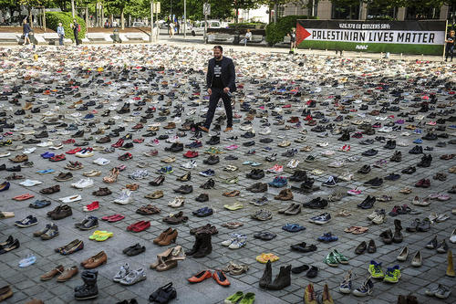 فعالان حقوق بشر همزمان با گردهمایی وزرای خارجه اتحادیه اروپا در ساختمان شورای اروپا در بروکسل، 4500 جفت کفش به نشانه این تعداد قربانی در دهه گذشته در تنشهای بین فلسطینیها و اسراییل را پهن کردهاند.