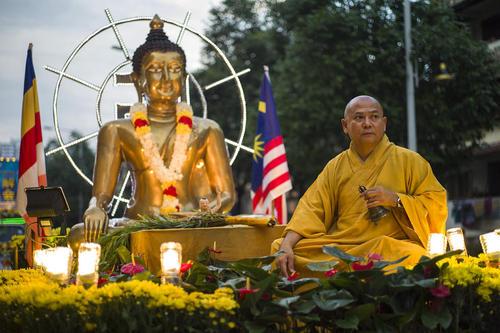 مراسم آیینی سالگرد تولد بودا در یک معبد در شهر کوالالامپور مالزی