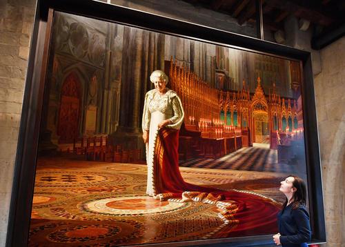 تابلویی از ملکه بریتانیا در یک گالری سلطنتی در لندن