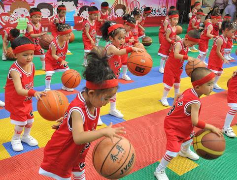 آموزش بسکتبال به نونهالان در یک کودکستان در چین