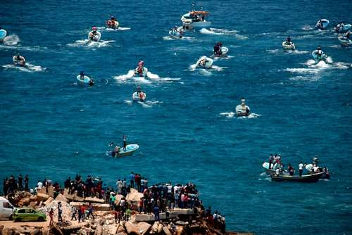 فعالان در غزه به نشانه اعتراض به محاصره دریایی این منطقه با قایق های ماهیگیری و کوچک به ساحل غزه زدند./ خبرگزاری فرانسه