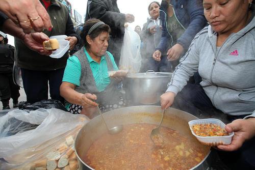 توزیع غذا در حاشیه اجتماع اعتراضی بر ضد سیاستهای اقتصادی دولت آرژانتین در شهر بوینوس آیرس