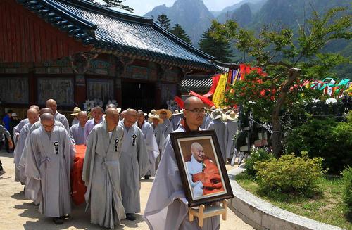 مراسم تشییع پیکر یک راهب قدیمی در معبدی در شهر