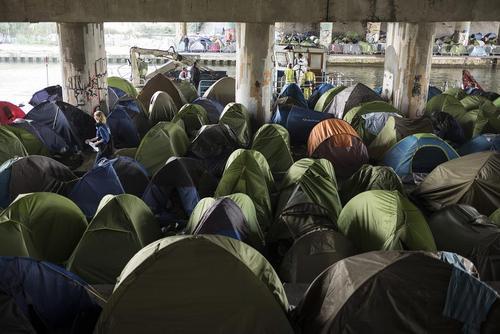 اردوگاه اسکان مهاجران غیرقانونی در حاشیه کانال سنتمارتین در پاریس/ رویترز