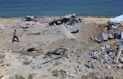 محل اصابت موشک اسراییل در کرانه ساحلی جنوب باریکه غزه