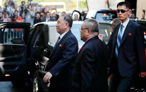 ورود ژنرال چول به ساختمان محل مذاکره با وزیر امور خارجه آمریکا در نیویورک/عکس: لوکاس جکسون؛ رویترز