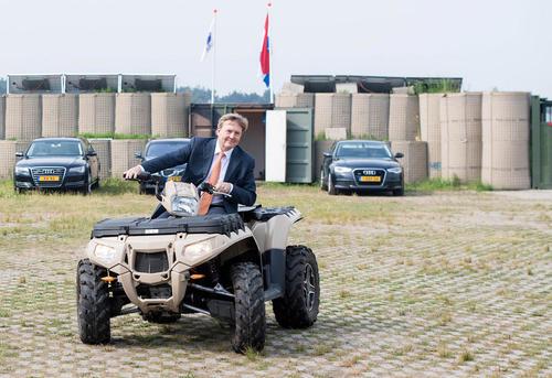 پادشاه هلند سوار بر یک موتور چهارچرخه در بازدید از یک مرکز فناوریهای نوآورانه