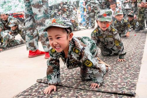 تمرین آموزشهای نظامی به کودکان در یک مهد کودک در شهر آنیانگ چین