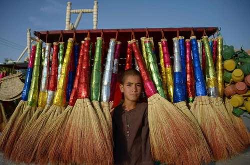 نوجوان جارو فروش در مزار شریف افغانستان/ خبرگزاری فرانسه