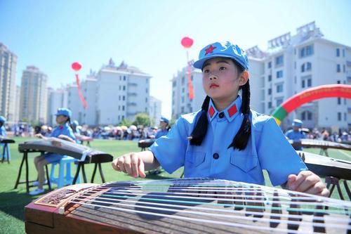 نوازندگی گروهی در مدرسه ای در شهر