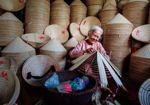 درست کردن کلاه های سنتی ویتنامی/ ویتنام؛ عکس روز وب سایت