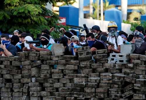 سنگرسازی مخالفان حکومت در داخل پایتخت نیکاراگوئه برای مقابله با پلیس ضد شورش/ رویترز