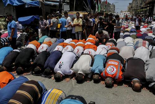 مراسم تشییع پیکر یک پرستار 21 ساله در باریکه غزه که به ضرب گلوله نیروهای اسراییل به شهادت رسیده است.