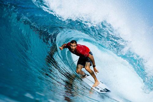 موج سوار استرالیایی در سواحل بالی اندونزی