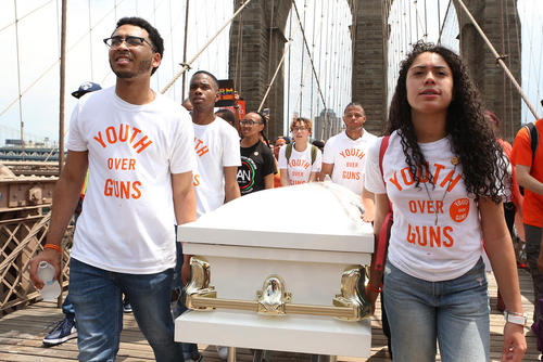 جوانان مخالف خشونتهای سلاح در آمریکا روی پل بروکلین در نیویورک و در حال تشییع نمادین و تظاهرات بر ضد سیاستهای حمل آزاد اسلحه در آمریکا
