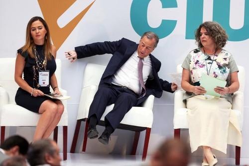 لحظه افتادن یک نامزد انتخابات ریاست جمهوری مکزیک از روی صندلی/ رویترز