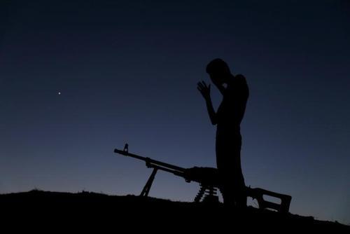 نماز خواندن یک نیروی مسلح مخالف حکومت سوریه به هنگام اذان مغرب در سنگر