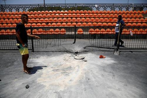 فرود آمدن یک راکت شلیک شده از باریکه غزه به سمت اسراییل در یک ورزشگاه در داخل باریکه غزه/ رویترز